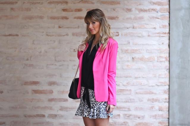 Look-do-dia-Full-Store-blazer-rosa-pink-camisa-preta-nozinho-saia-oncinha-preto-e-branco-bolsa-preta-corrente-scarpin-7